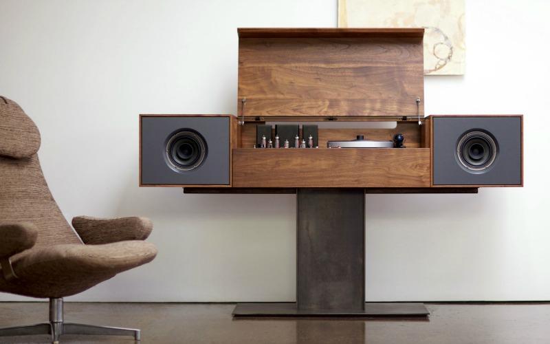 Винтажный проигрыватель виниловых дисков в интерьере комнаты