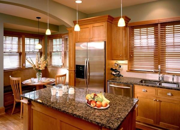 Деревянные жалюзи в этой кухне создают традиционный вид
