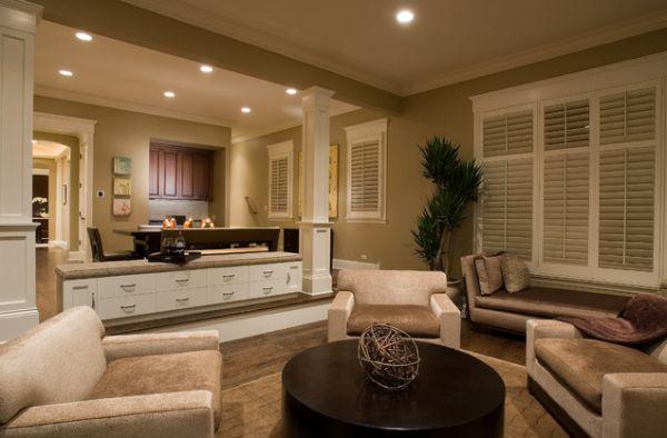 Интерьер просторной гостиной в светлых тонах