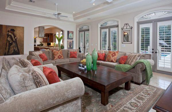 Яркие диванные подушки в гостиной