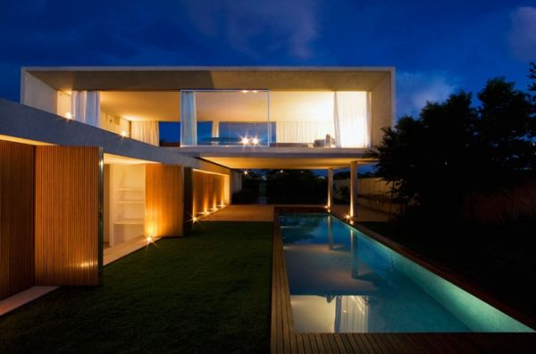 Роскошный загородный дом с бассейном