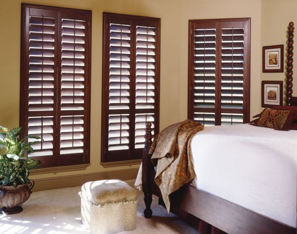 Деревянные ставни в спальне