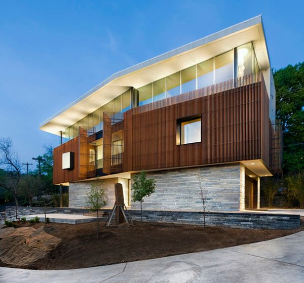 Дом с фасадом из деревянных жалюзей
