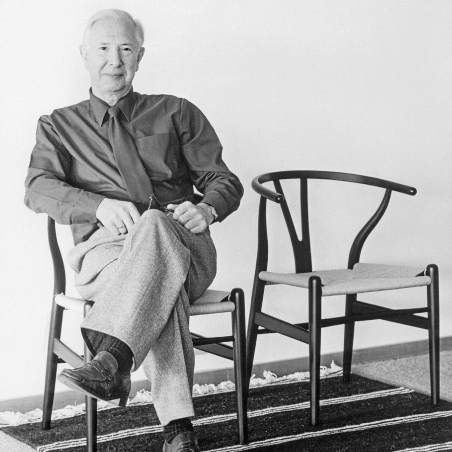 Дизайнерский стул в интерьере. Дизайнер Дании Hans J. Wegner