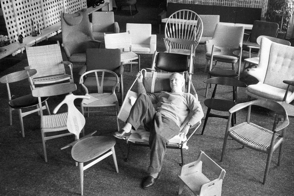 Дизайнерский стул в интерьере. Wegner со своими работами