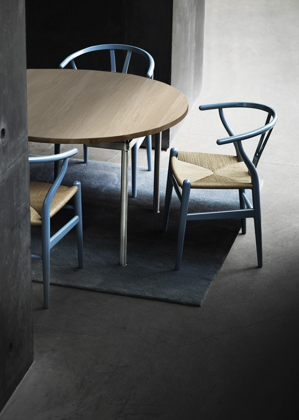 Дизайнерский стул в интерьере, а также стол