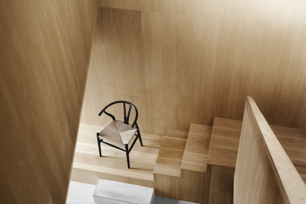 Дизайнерский стул в интерьере на ступенях