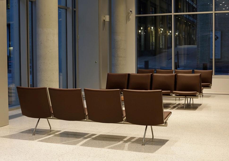 Дизайнерский стул в интерьере зала ожидания