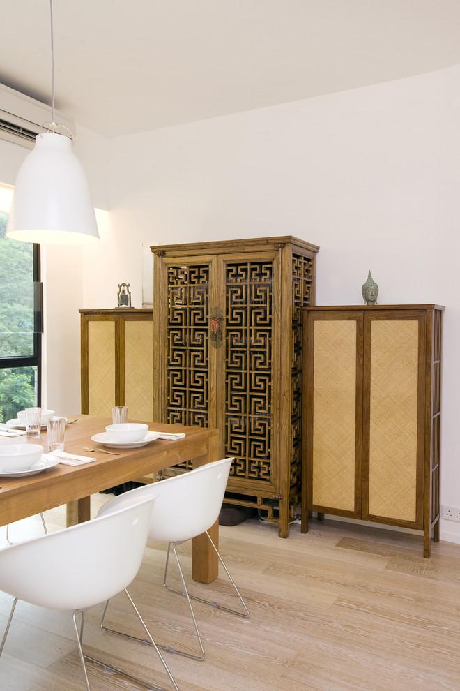 Модный дизайн интерьера - белые пластиковые стулья в столовой