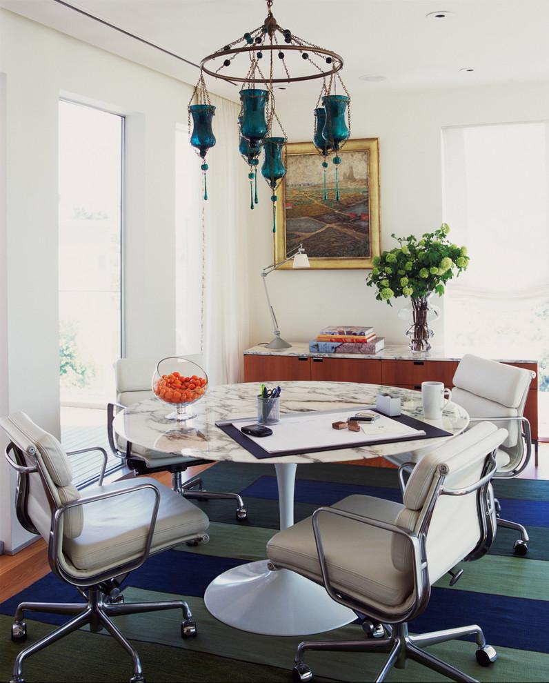 Модный дизайн интерьера - круглый стол с белой мраморной столешницей