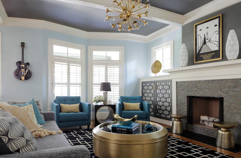 Журнальный столик медного цвета в интерьере гостиной