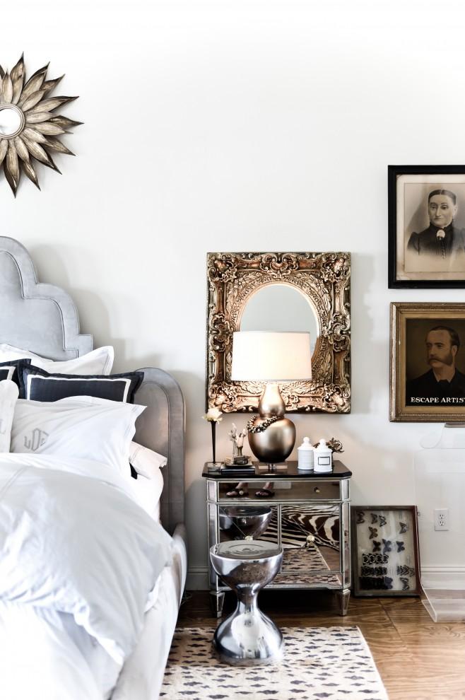 Металлического цвета прикроватная тумбочка в интерьере спальни