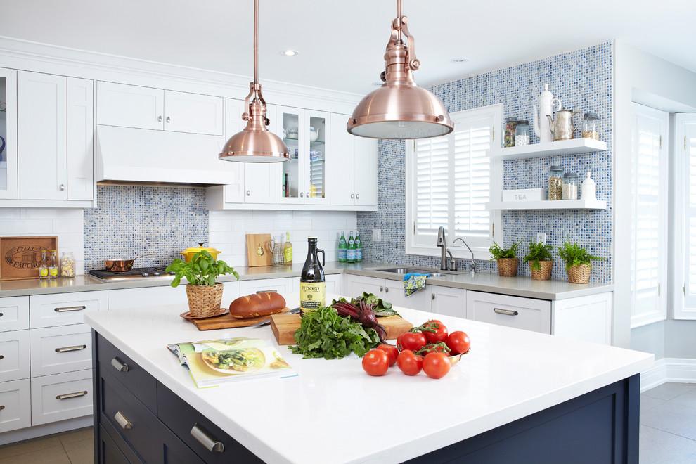 Медные абажуры светильников в интерьере кухни