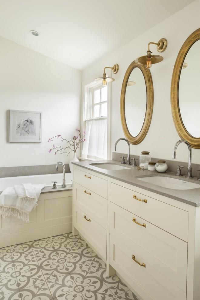 Зеркала в металлической оправе в интерьере ванной