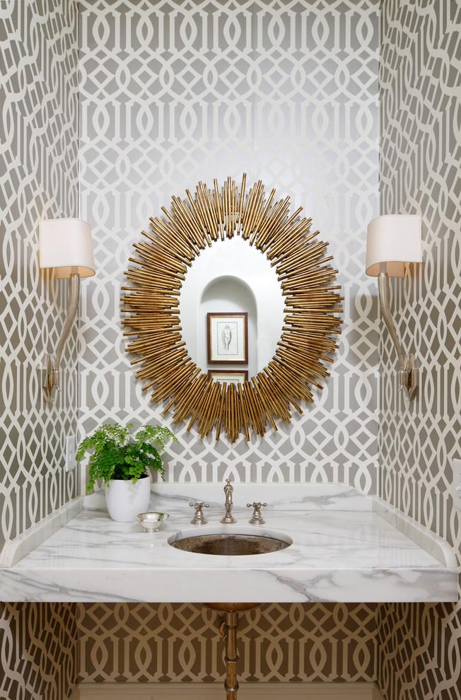 Оригинальное зеркало в интерьере ванной комнаты