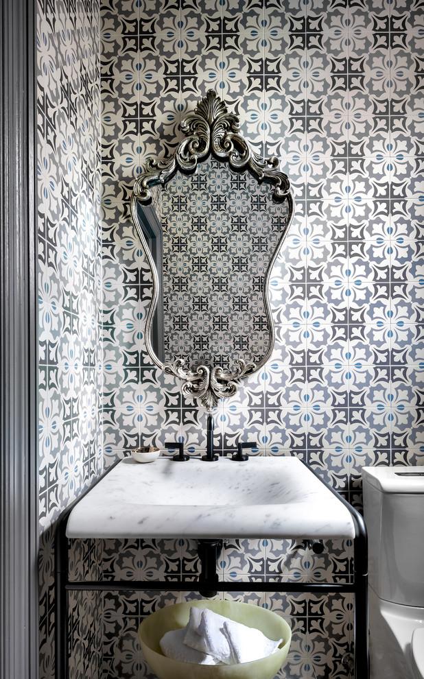 Элегантное зеркало с серебристой оправой в интерьере ванной комнаты