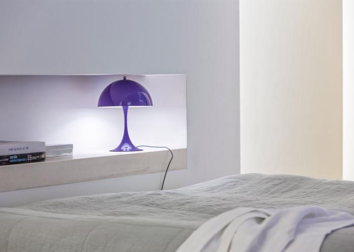 Глянцевый модный настольный светильник в сиреневом цвете