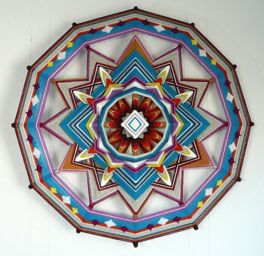 «Глаз Бога»: Джей Молер производит сложные мандалы из многоцветных шерстяных нитей