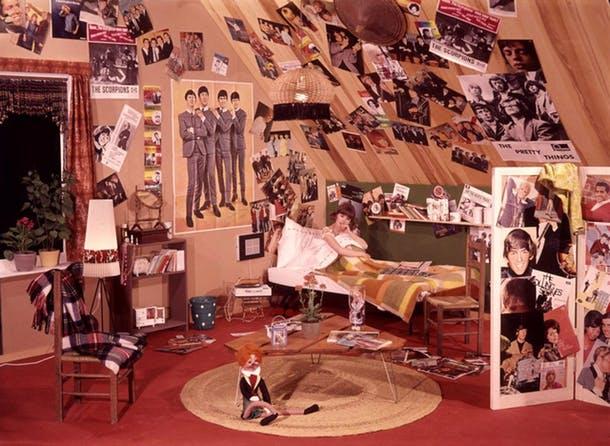 Постеры и плакаты на стенах