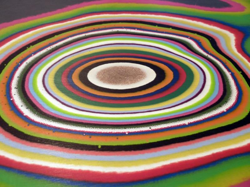 Молодёжный дизайн стола от Эда Суона: фрагмент яркого стола