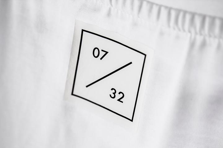 Надписи на одежде в вещевой галерее MONO Gallery