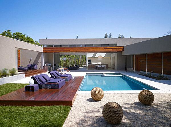 Внутренний дворик с бассейном и чудесными лиловыми лежаками