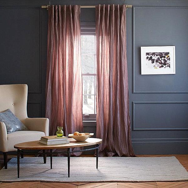Романтическое очарование придают этой гостиной шторы в лиловых тонах
