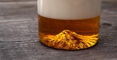 North Drinkware team: 3D миниатюра высочайшего пика Орегона, Маунт Худ, на дне пивного бокала