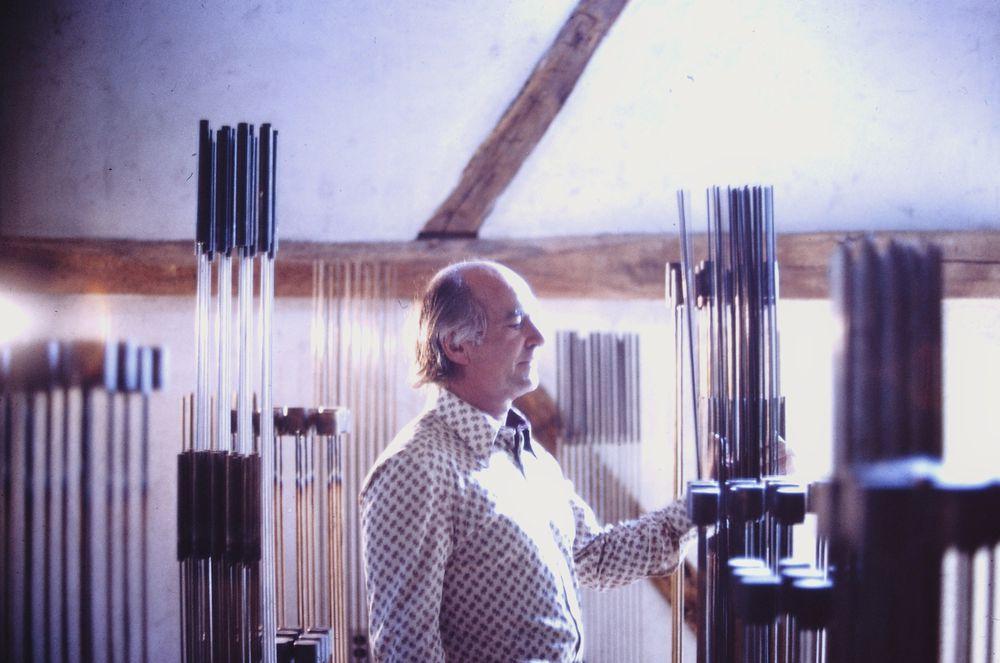 Бертойа играет на музыкальных скульптурах