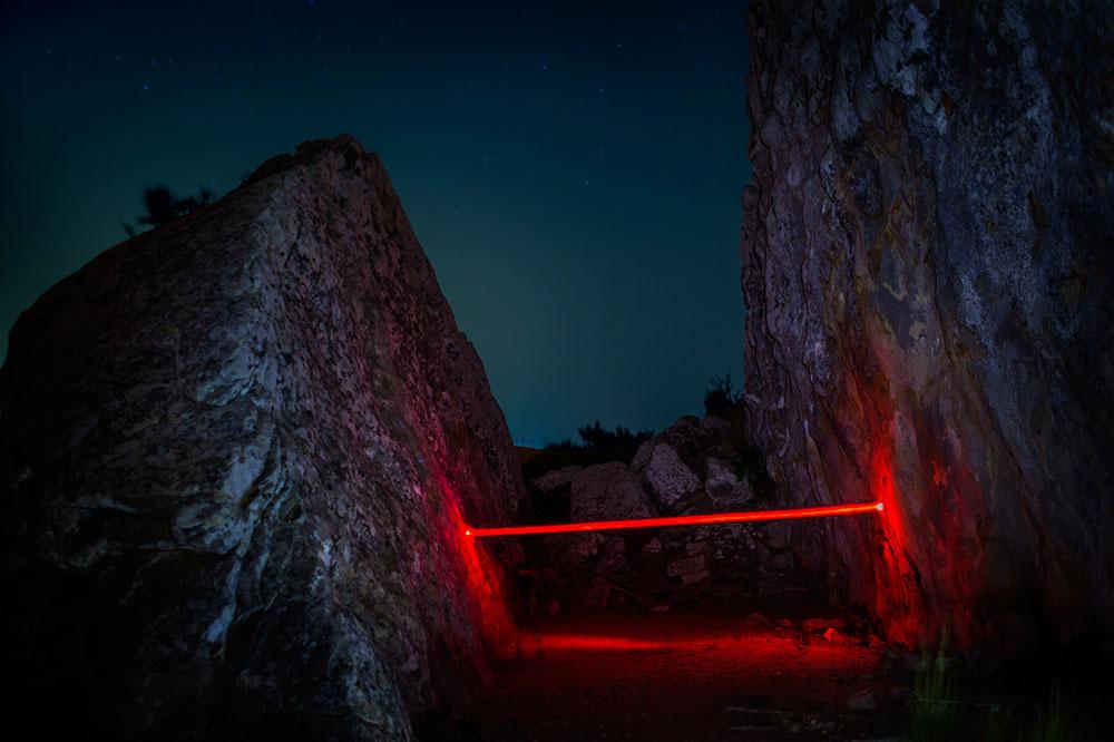 Красная линия: сюрреалистические сцены световых инсталляций в фотосерии от Николя Риваля