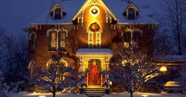 Сияющий разноцветными огнями наружный декор - ваш дом полностью готов к Рождеству!