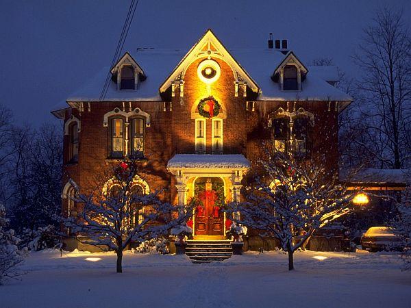 Сияющий наружный декор дома