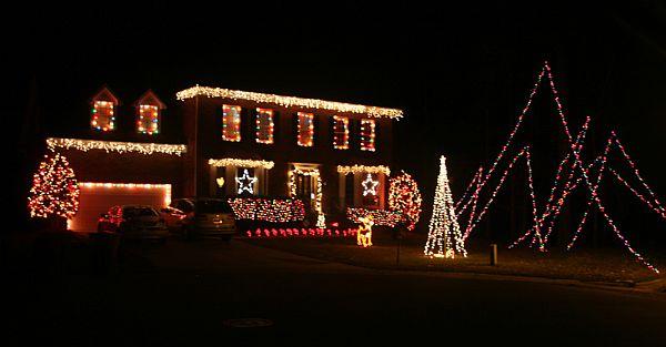Яркий новогодний наружный декор дома - Фото 1