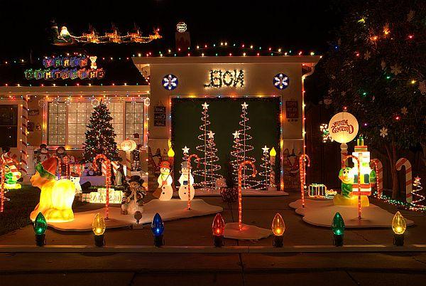 Яркий новогодний наружный декор дома - Фото 2