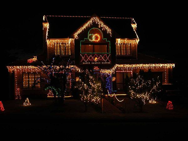 Яркий новогодний наружный декор дома - Фото 3