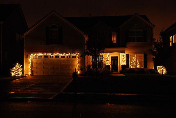 Яркий новогодний наружный декор дома - Фото 4