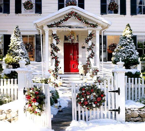 Яркий новогодний наружный декор дома - Фото 5