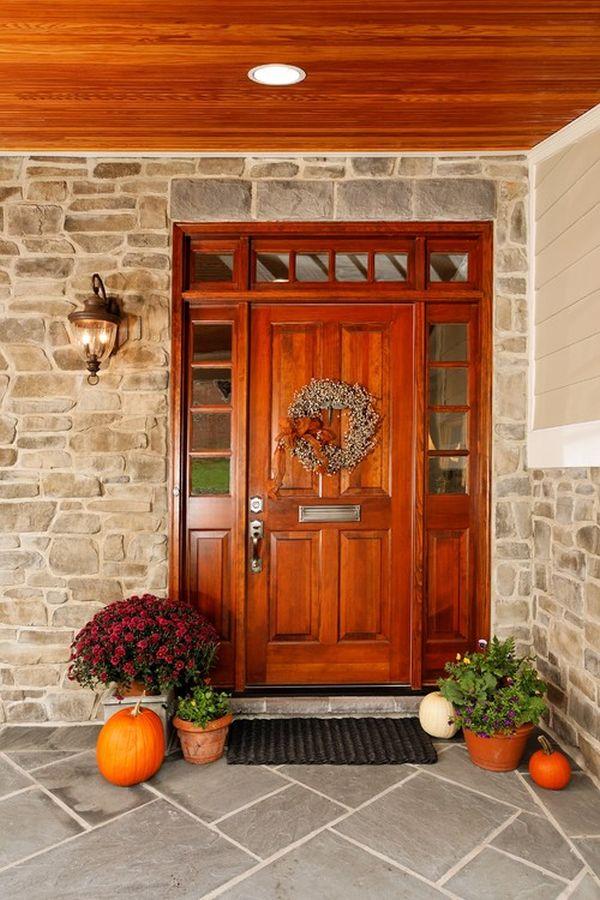 Хризантемы у входа в дом