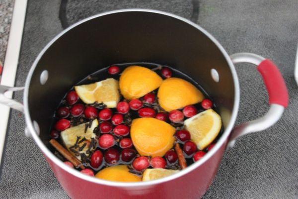 Фрукты и ягоды в кастрюле