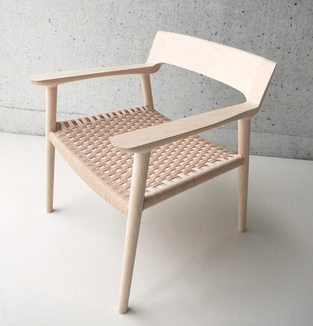 Banco decorativo de madera con efecto superficie acolchada.