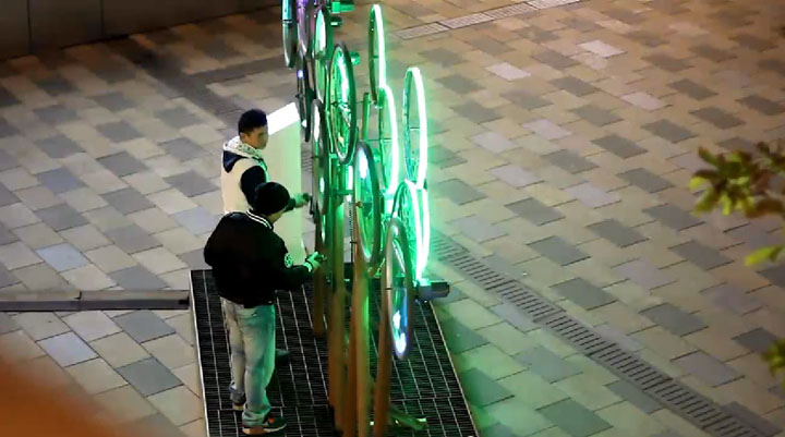 Прекрасный стенд с велосипедным декором The Nebula