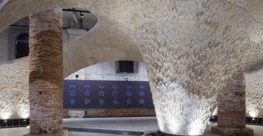Необычная инсталляция собрана без клея и крепёжных инструментов