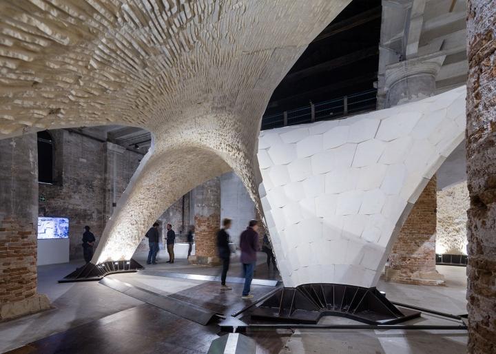 Необычная инсталляция: иллюзия пещеры