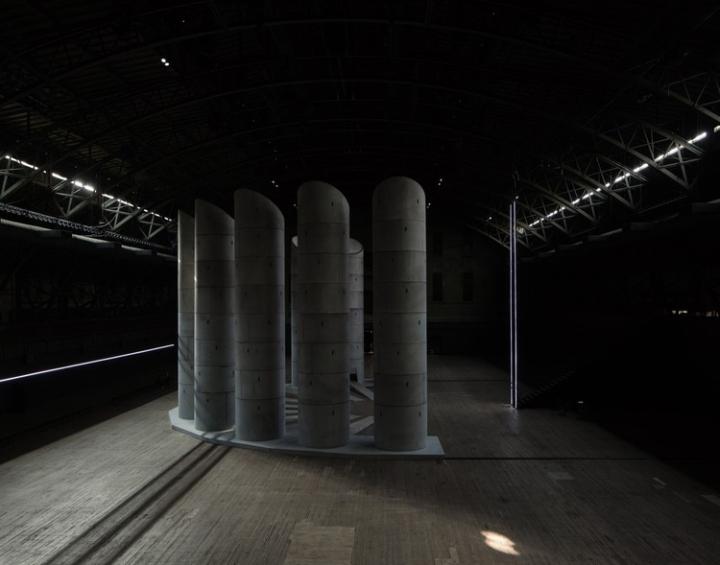 Необычная инсталляция из множества башен: вид сбоку