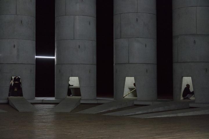 Необычная инсталляция из множества башен: колодцы слёз