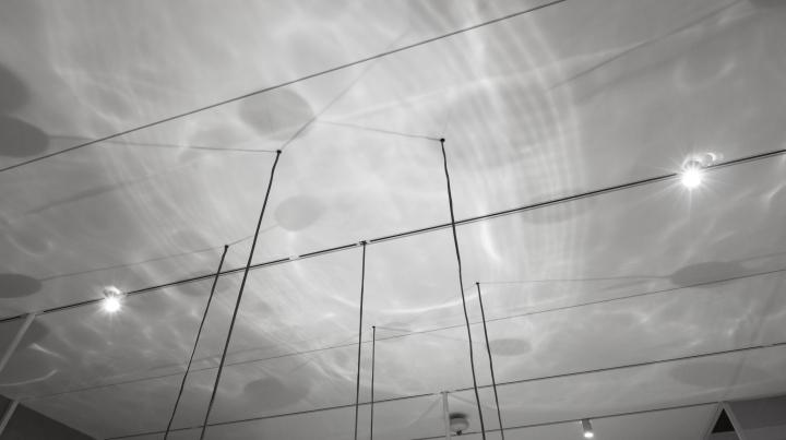 Интересное оформление выставки: фото потолка и игры теней