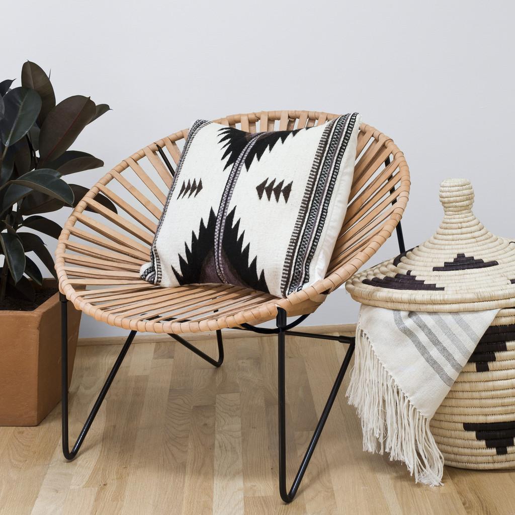 Необычный дизайн стульев: модель натурального цвета с подушкой