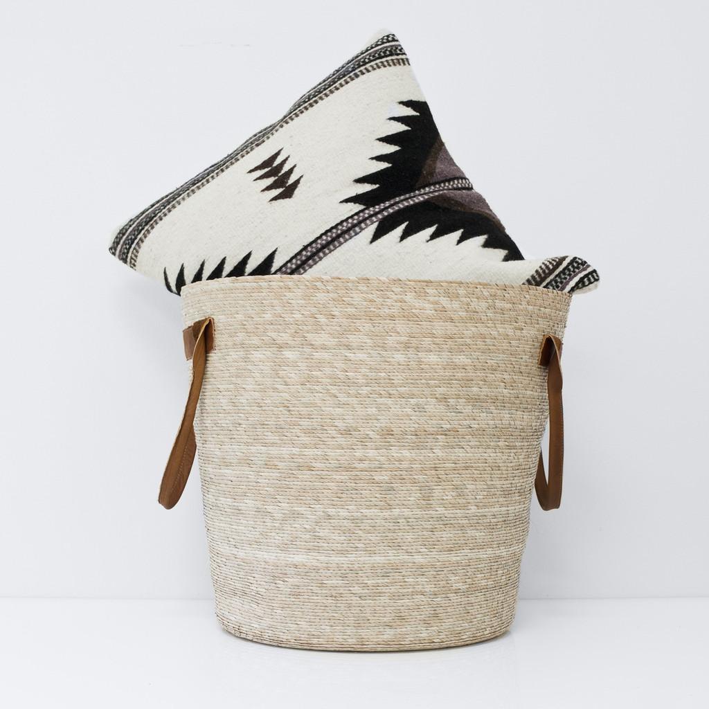 Необычный дизайн стульев: декоративная подушка в корзине