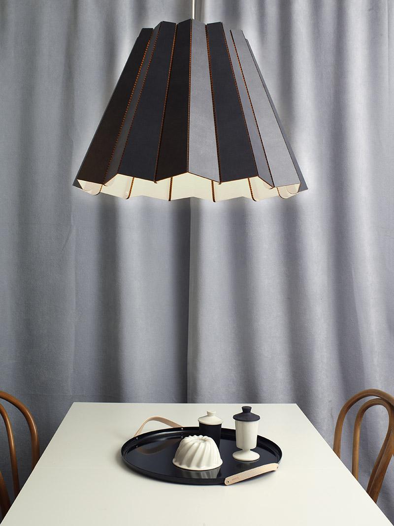 Необычный подвесной светильник с чёрным абажуром над обеденным столом