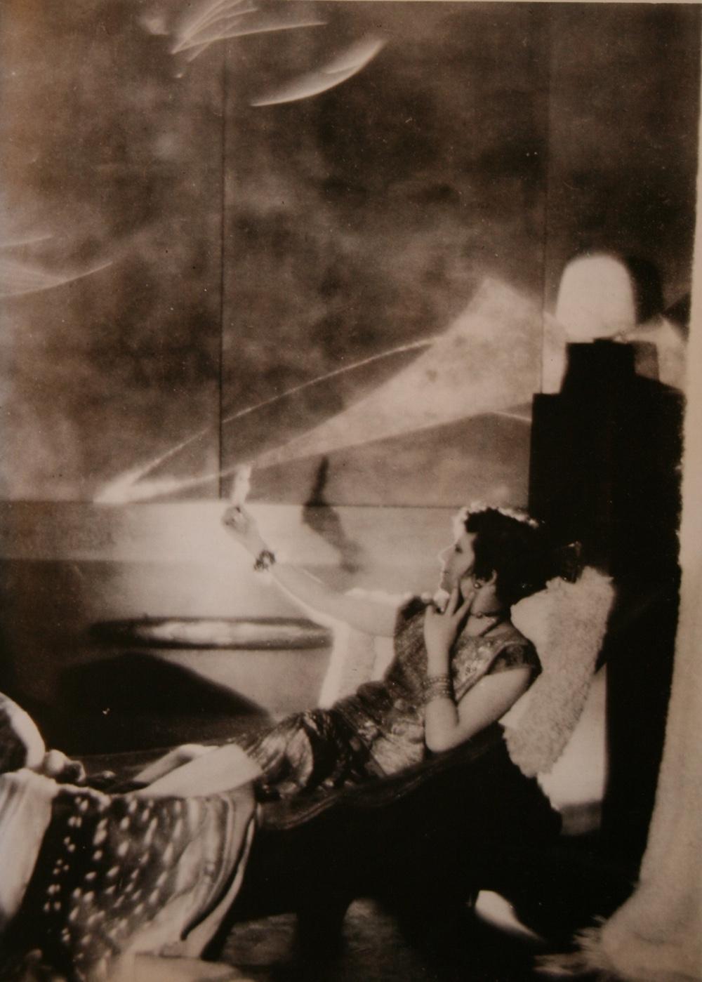 Работы Эйлин Грей - модистка на кушетке, спроектированной Грей